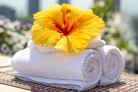 Gelbe Blüte auf weißen Handtüchern