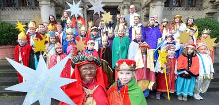 Martha und Theresa (vorne) von der Gemeinde St. Petrus Canisius wurden zusammen mit weiteren Sternsingern vom OB empfangen. (WAZ-Foto: Stephan Eickershoff)