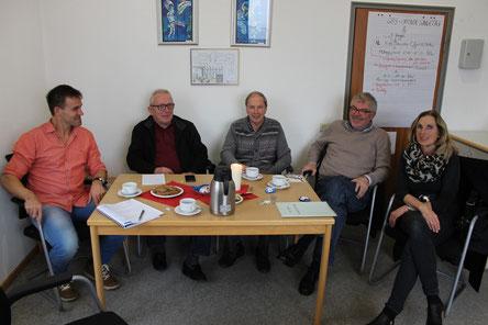 Haben sich über alte Zeiten an der Goldbachschule ausgetauscht: v.L. Markus Sahm, Roland Metz, Udo Schwehn, Bernd Seipel und Gudrun Kienzle. Foto: Heiko Bickel