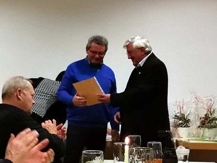 Kirchenpfleger Alos Eiber beikommt eine Urkunde für 30 Jahre Mitarbeit in der Kirchenverwaltung