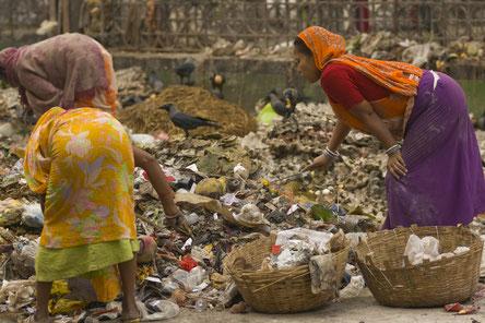 Diese Müllsortiererinnen in Kalkutta sind auf dreifache Weise diskriminiert und sozial ausgegrenzt: als Frauen, als Dalits und als Arme.