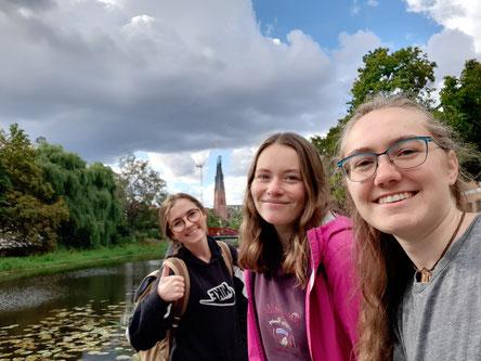Clara, Klara und Sonja beim Spaziergang zwischen Dom und Fluss