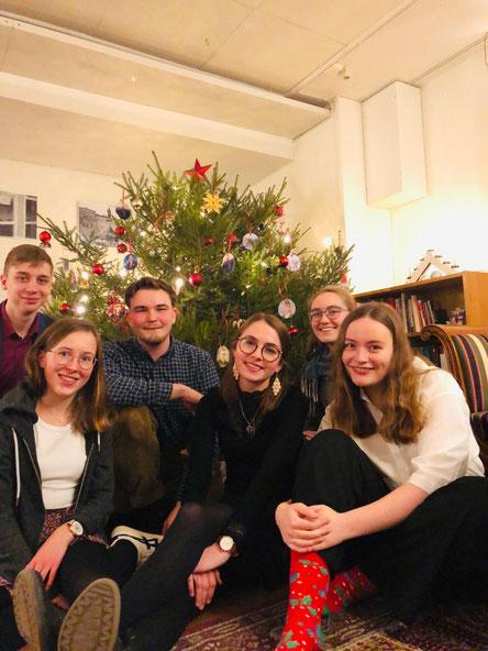 Weihnachten mit den schwedischen Mit-Praktikantinnen Sonja, Klara, Clarita und Hannah sowie Mitpraktikant Konrad (Foto: Konrad Sonnemann).
