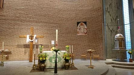 österlich geschmückter Altarraum in St. Eugenia
