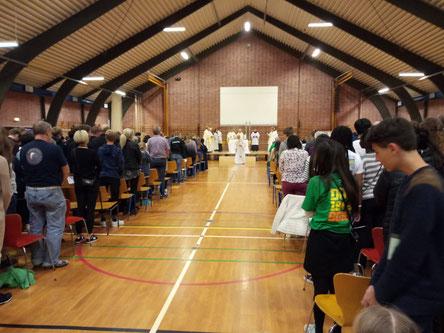 Messe mit DUK in der Turnhalle einer Schule