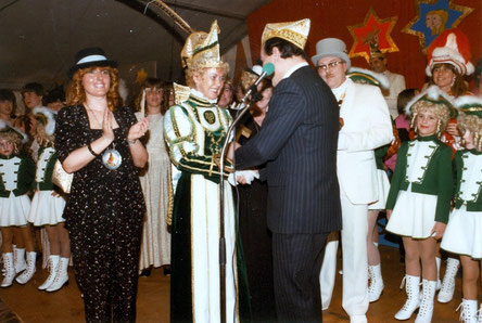 Proklamation im Februar 1984 im Festzelt aus dem Dorfplatz In der Mitte Prinzessin Hannelore I. Wunsch mit dem Bürgermeister der Stadt Düren, Hans Becker bei der Überreichung der Insignien, rechts daneben der scheidende Prinz Robert I. Olef mit dem äußere