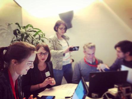 Usability-Testessen in Frankfurt: Unterschied & Macher testet zusammen mit dem Team des VR Smart Guide einen Prototypen