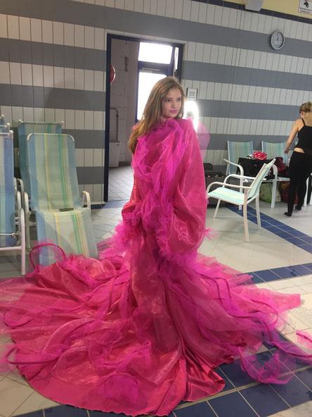 Anprobe des Designerkleides