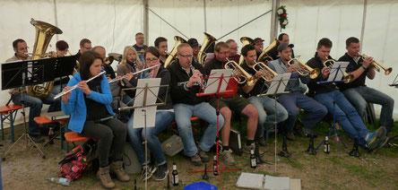 """Höchst konzentriert, die """"Original Finstergrundmusikanten Wieden""""unter der Leitung von Ramona Behringer (vorne links).     Bild:mki"""