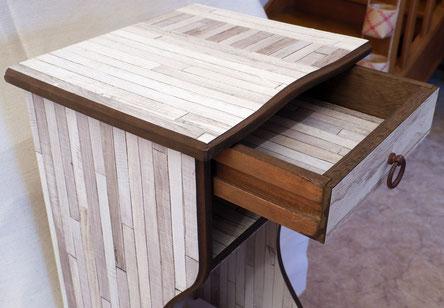 Rénovation d'un vieux meuble de chevet, habillage en papier peint trompe-l'oeil
