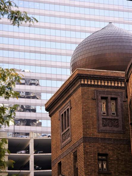 録音会場だったメディナ・テンプルは、現在、商業施設として使われている。高層ビルの中に独特の存在感を感じさせる。