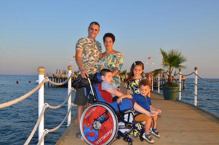 Das Bild zeigt die gesamte Familie im Urlaub