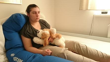 Stupor, nach einem Krampfanfall. Zwischendurch war ein Kindanteil vorne, deshalb das Kuscheltier.