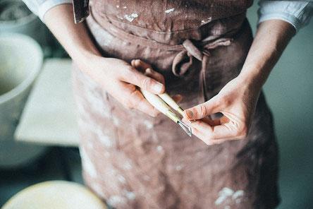 Die Keramikerin Nata Pestune bei der Arbeit