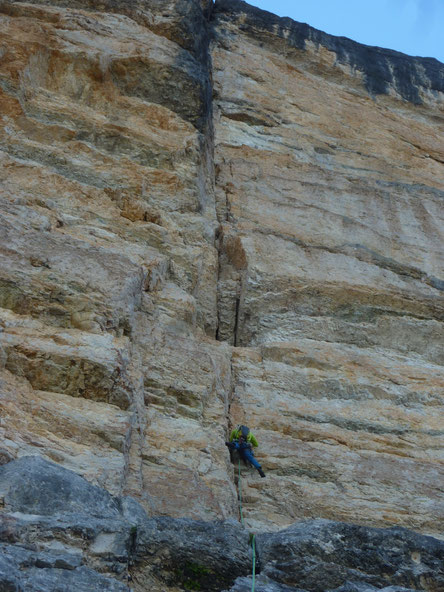 erste Sl; 5+; oberhalb die Höhle mit der SSl