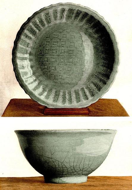 A11. Plat. Émail céladon. Décor gravé. — Bol. Émail céladon craquelé. — Époque des Ming (1368-1643). Fabrique de Long-ts'iuan.