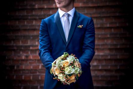 Wedding-In-Italy-Groom&Flowers_Wedding-In-Alba