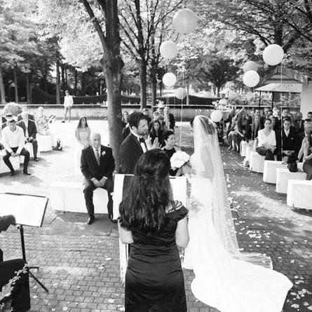 freie Trauung-Brautpaar-Hochzeitsgäste-deutsch-türkisch-Hochzeitsrednerin Peri