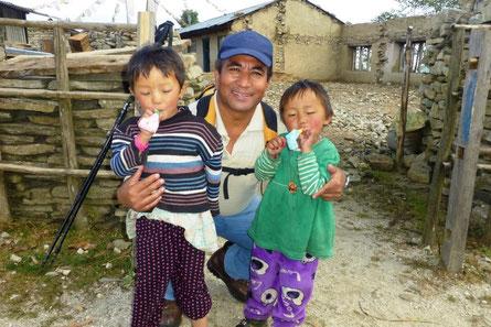 Herbst `15: Manoj mit Kindern im Sindhuplachok