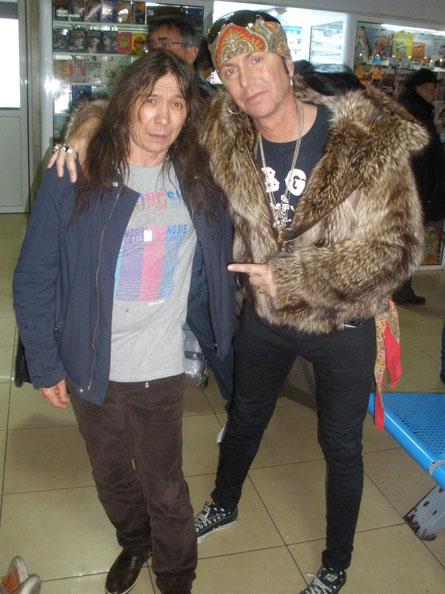 В аэропорту перед отлетом на родину 8 декабря группы Баи Бэнг