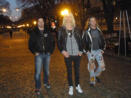 На другой день после концерта ребята гуляют по ночной Одессе