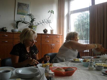 Илона Калдре завтракает с биоэнергетиком из Белоруссии - Людмилой Остапенкевич