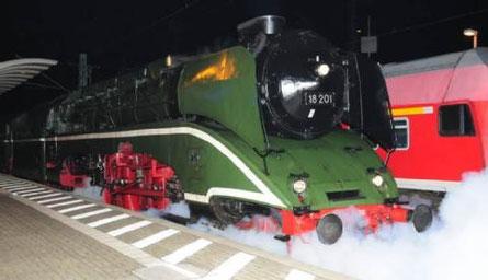 Voll unter Dampf stand die 18201 auf dem Bahnhof in Wittenberg, bereit für die Abfahrt nach Chemnitz.  (BILD: H.-DIETER KUNZE)