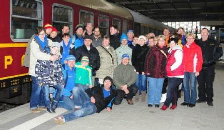 Bevor es auf den Chemnitzer Weihnachtsmarkt ging, posierten die IFA-Freunde aus Jessen vor dem Mitropa-Speisewagen. (BILD: H.-DIETER KUNZE)