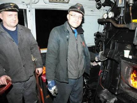 Auf dem Führerstand der 52 8079-7 Lokführer Martin Hallbauer (links) und Heizer Karsten Engler. Eng geht es in der Küche eines Mitropa-Speisewagens zu. Chefkoch Klaus Habermann bereitete darin wohlschmeckende Speisen. (BILD: H.-DIETER KUNZE)