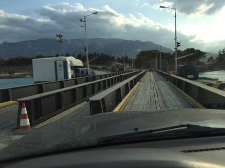 Brücke wird bei Kanaldurchquerung von Schiff abgesenkt