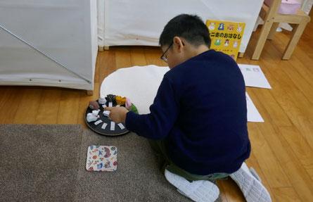 モンテッソーリの活動で、干支の人形と文字カードで名前合わせをして、ひらがなを学んでいます。
