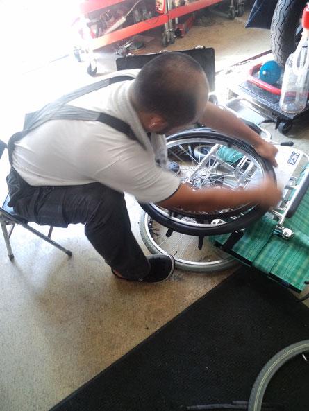 車椅子のタイヤ交換