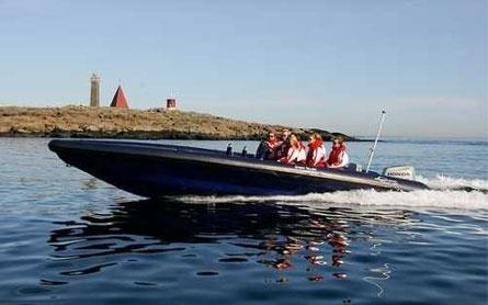 båt på vatten med en ö i bakgrunden