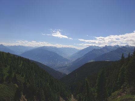 Foto mit Blick Richtung Dorf Tirol und Vinschgau