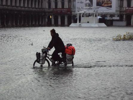 A vélo sur la place San Marco inondée