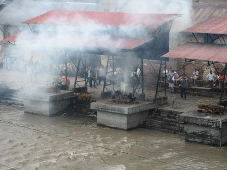 Crémation sur la Bagmati à Pashupatinath