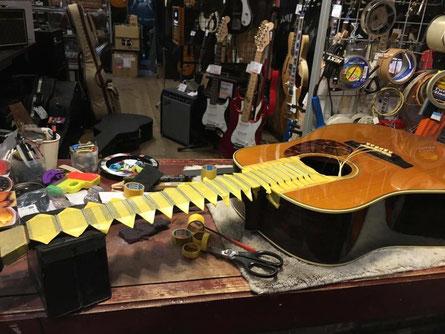 ギターネックの指板を磨く作業準備の全体画像