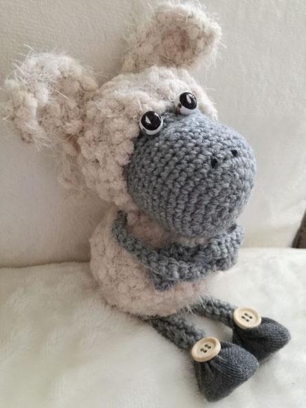 Dieses Schaf ist kein Sockentier, sondern aus Wolle gehäkelt ...