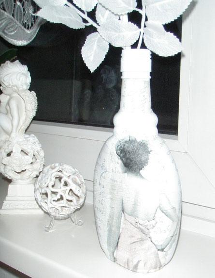 Likörflasche mit Chalky Finish Weiß grundiert, im Backofen bei 160 Grad gehabt und dann weiter im Shabby-Stil gestaltet ...
