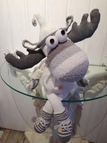 Elch aus 9 Socken genäht und einer gehäkelten Mütze :-)