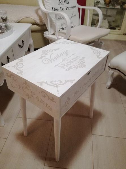 Beistelltischchen Holz ... weiß gemalt und Schriften drauf ...