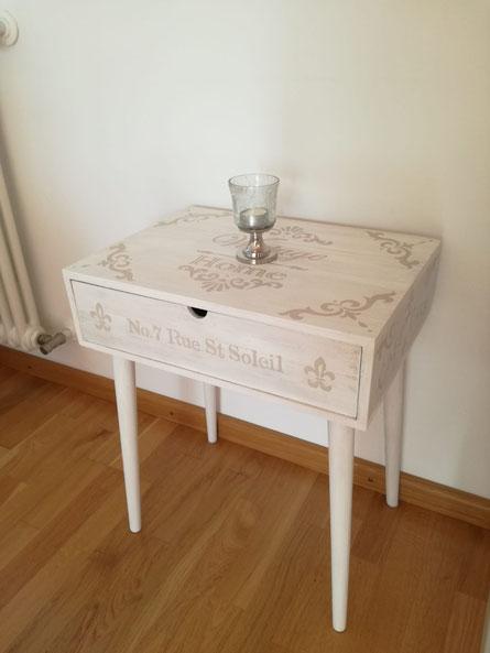 Dieses Beistelltischchen gibt es bei Dänisches Bettenlager .... sieht aber jetzt ganz anders aus (weiß und mit Schrift - vorher Holzfarbig)