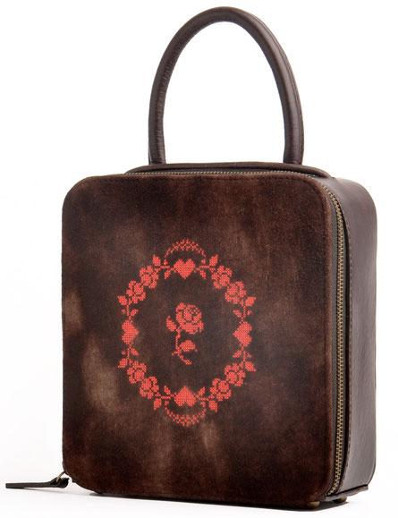 Tasche aus Leder im Online-Shop versandkostenfrei kaufen. braune Trachtentasche, Dirndltasche mit Stickerei OWA Manufaktur