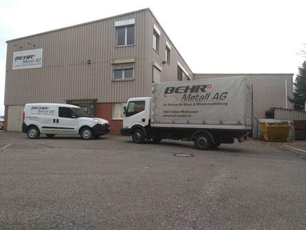 Zwei Lieferfahrzeuge vor der  Firma Behr Metall, ein KMU in der Nähe von Frauenfeld.