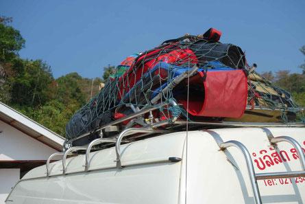 """Ulysse et tout le """"barda"""" sont hissés sur le toit du minivan, pour relier Vanvieng à Vientiane"""