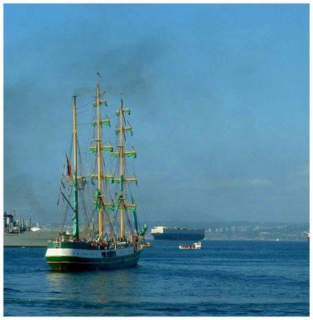"""Die """"Alexander von Humboldt"""" verläßt den Hafen von Valparaiso"""