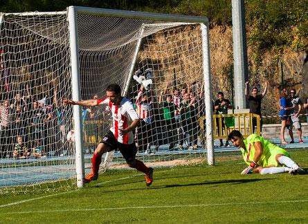 Germán acaba de anotar el gol del ascenso. El Laudio es de Segunda B.