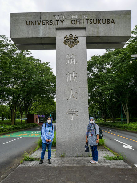 筑波大学の入口に立つサラとジャナ