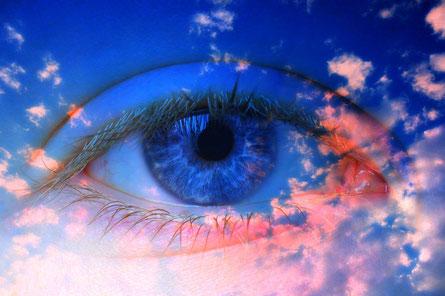 Les 4 êtres vivants sont entièrement recouverts d'yeux.   Cela signifie qu'ils voient absolument tout, ils sont au courant de tout.