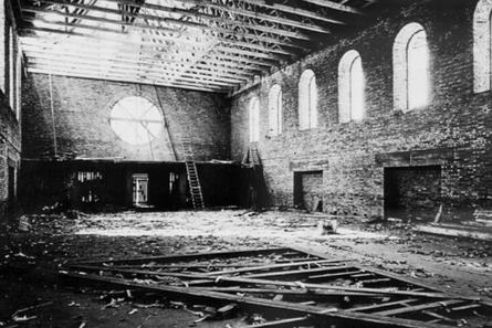 Der Dachstuhl des Kirchenschiffs ist aufgerichtet